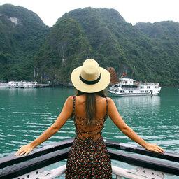 rsz_vietnam-ha-long-bay-streek-vrouw-vanop-boot-kijkend-naar-uitzicht
