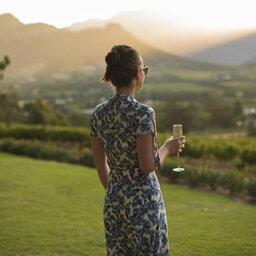 rsz_zuid-afrika-kaapse-wijlanden-la-petite-ferme-tuin-vrouw-kijkend-naar-uitzicht