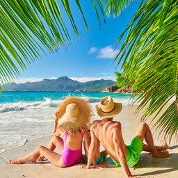 Seychellen-algemeen-koppel-met-strandhoed-op-het-strand