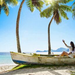Seychellen-algemeen-koppel-zittend-op-bootwrak-strand