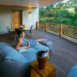 Seychellen-La-Digue-Domaine-de-l'Organeraie-garden-suite-terras-vrouw