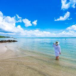 Seychellen-La-Digue-Le-Natautique-Waterfront-Hotel-vrouw-zee