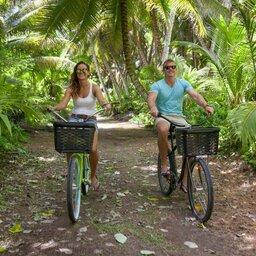 Seychellen-Private-eilanden-Alphonse-Island-koppel-fietsen
