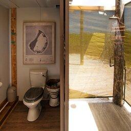 Seychellen-Private-eilanden-BlueSafari-Cosmo-Eco-Camp-badkamer (foto van untamed travelling website)
