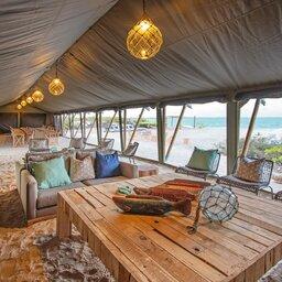 Seychellen-Private-eilanden-BlueSafari-Cosmo-Eco-Camp-lounge (foto van untamed travelling website)