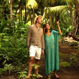 Seychellen-Private-Eilanden-Denis-Private-Island-koppel-boswandeling