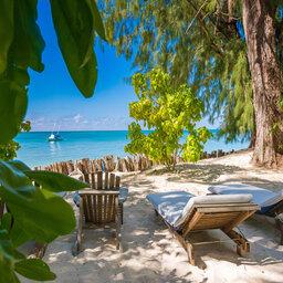 Seychellen-Private-Eilanden-Denis-Private-Island-ligbedden-strand