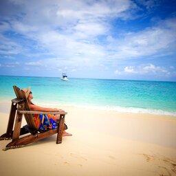 Seychellen-Private-Eilanden-Denis-Private-Island-strandstoel-vrouw-strand