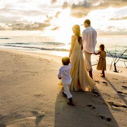 Seychellen-Private-Eilanden-Denis-Private-Island-strandwandeling-familie