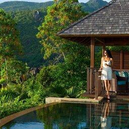 Seychelles-Mahé-Constance-Ephelia-Resort-Presidential-Villa-vrouw-zwembad