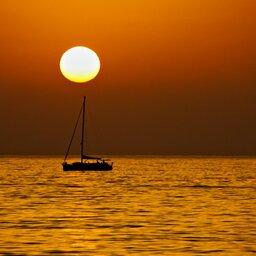 Sicilie-Eolische-Eilanden-zeilboot-bij-zonsondergang