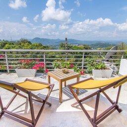 Sri-Lanka-Kandy-Hotel-Theva-Residency-terras-met-stoeltjes