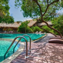 Sri-Lanka-Trincomalee-Jungle-Beach-zwembad-met-ligbedden2