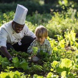 Tanzania-Arusha-Coffee-lodge-chef-met-kindje-tuin