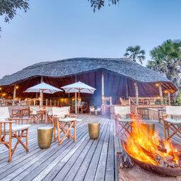 Tanzania-Katavi NP-Mbali-Mbali-Katavi-Lodge-kampvuur-deck-hoofdgebouw