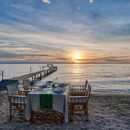 Tanzania-Mahale-Mountains-Mbali-Mbali-Mahale-Lodge-dineren-op-het-strand