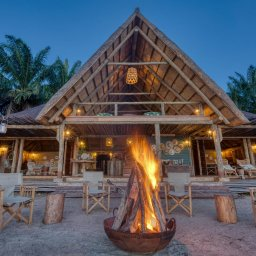 Tanzania-Mahale-Mountains-Mbali-Mbali-Mahale-Lodge-kampvuur-hoofdgebouw
