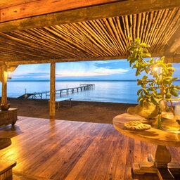 Tanzania-Mahale-Mountains-Mbali-Mbali-Mahale-Lodge-sfeerbeeld-avond-receptie