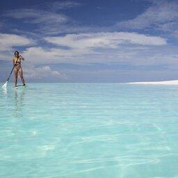Tanzania-Mnemba-&Beyond-Mnemba-Island-vrouw-paddle-boarden