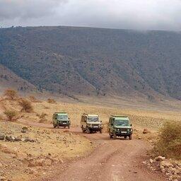 Tanzania-Ngorongoro-krater-rijdende-jeeps