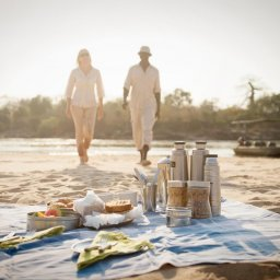 Tanzania-Nyerere NP-Sand River-boot-safari-picknick