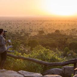 Tanzania-Serengeti NP-Elewana-Serengeti-Pioneer-Camp-vrouw-met-verrekijker