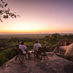 Tanzania-Serengeti NP-Elewana-Serengeti-Pioneer-Camp-zonsondergang-koppel
