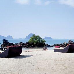Thailand-Krabi-Hotel-Phulay-Bay-ligbedden-strand
