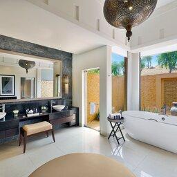 VAE-Ras Al Khaimah-Ritz Carlton Al Wadi Desert-al rimal poolvilla badkamer