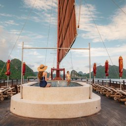 Vietnam-Halong-Heritage-Ginger-Line-deck-dames-ligbedden