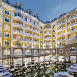 Vietnam-Hoi-An-Royal-Hoi-An-MGallery-Hotel-hotelgebouw-binnenplaats-zwembad