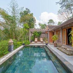 Vietnam-Hue-Pelgrimage-Village-Traditional-Vietnamese-Pool-House-zwembad-2