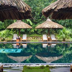 Vietnam-Hue-Pelgrimage-Village-zwembad-ligbedden