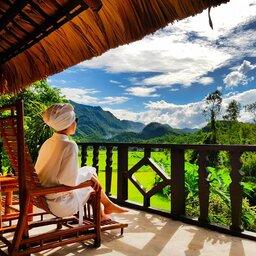 Vietnam-Mai-Chau-Ecolodge-Mai-Chau-vrouw-in-badjas-uitzicht