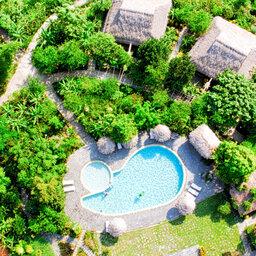 Vietnam-Mai-Chau-Ecolodge-Mai-Chau-zwembad-luchtfoto