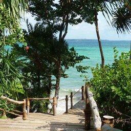 Zanzibar-Fundu Lagoon Pemba Island-wandelpad-naar-strand