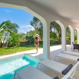 Zanzibar-Konoko-Beach-Resort-pool-villa-vrouw