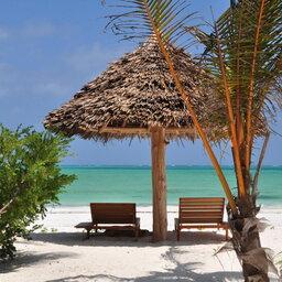 Zanzibar-White-Sand-Luxury-ligbedden-strand