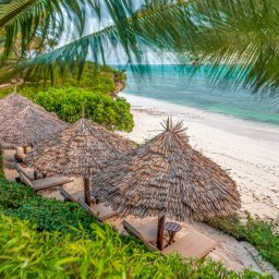 Zanzibar-Zawadi-Hotel-ligbedden-strand