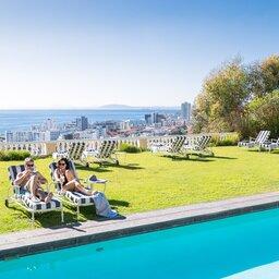 Zuid-Afrika-Kaapstad-hotel-Ellerman-House-koppel-zwembad-stad