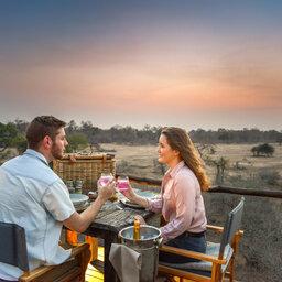 Zuid-Afrika-Kruger-Regio-Sabi-Sands-Lion-Sands-River-Lodge-koppel-aperitief-zonsondergang