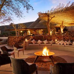 Zuid-Afrika-Tswalu-Kalahari-Private-reserve-the-motse-safarilodge-wetu-kampvuur