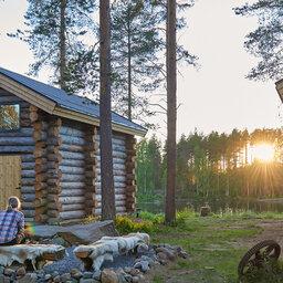 Zweden-Lapland-Arctic-Retreat-zomer-cabins-kampvuur