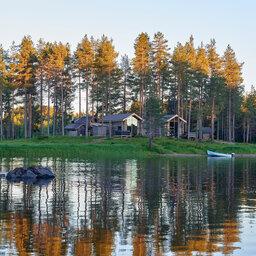 Zweden-Lapland-Arctic-Retreat-zomer-cabins-meer-1