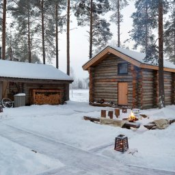 Zweden-Lapland-Gunnarsbyn-Arctic-Retreat-cabins-buitenaanzicht-kampvuur