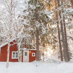 Zweden-Lapland-Harads-Loggers-Lodge-cabin-sneeuw-vooraanzicht