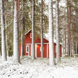 Zweden-Lapland-Harads-Loggers-Lodge-cabin-sneeuw-zijaanzicht