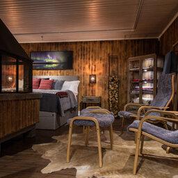 Zweden-Lapland-Harads-Loggers-Lodge-interieur-zithoek-bed