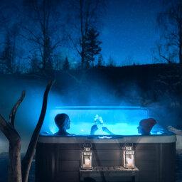 Zweden-Lapland-Harads-Loggers-Lodge-jacuzzi-met-mensen