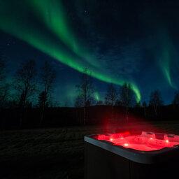 Zweden-Lapland-Harads-Loggers-Lodge-jacuzzi-met-noorderlicht